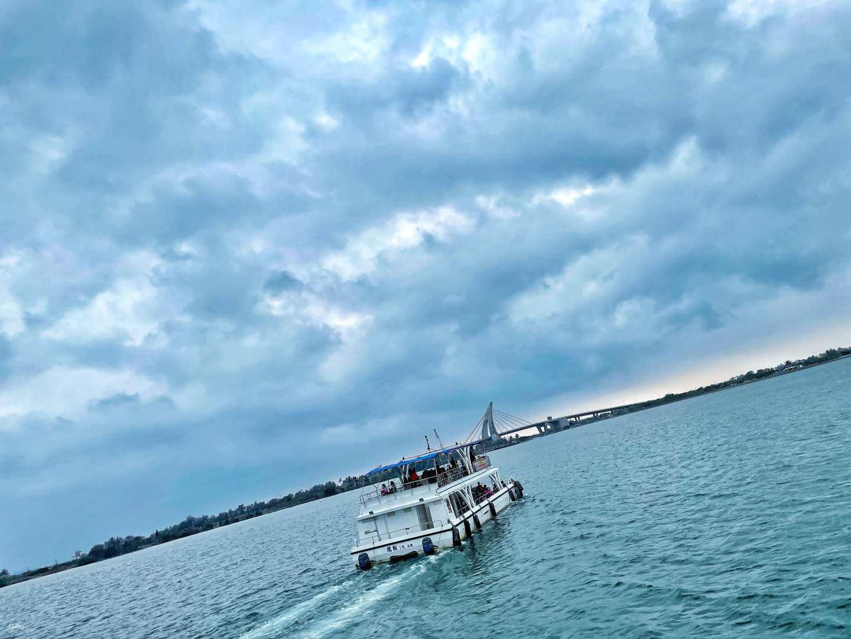 屏東-大鵬灣海上饗宴| 經典遊艇遊湖體驗&烤鮮蚵